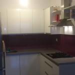 lakirano kaljeno staklo u kuhinji